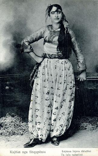 Albanerin in Brekusha-Pluderhose