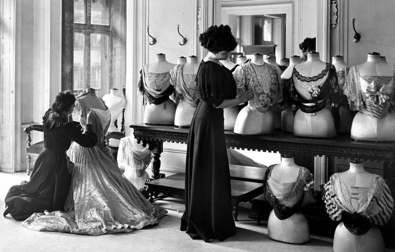 Foto: Verkäuferinnen drapieren die Auslage im House of Worth