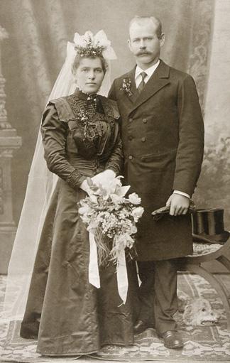 Foto: Braut in schwarzem Kleid zur Jahrhundertwende