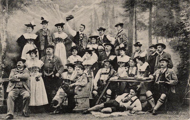 Foto: Frauen und Männer in historischer Tracht