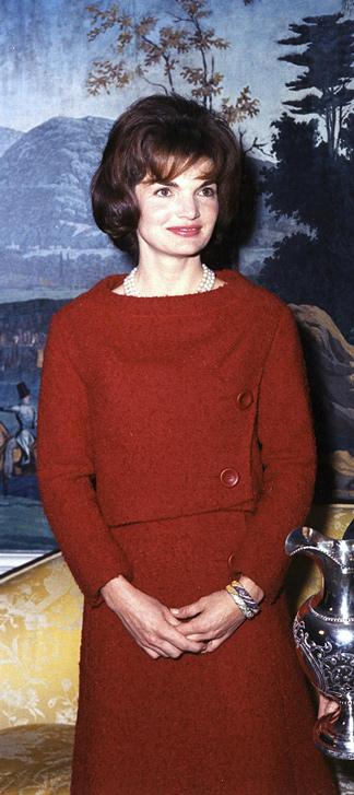 Jacqueline Kennedy in einem roten Etuikleid
