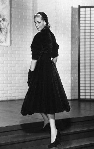 Lauren Bacall im kleinen Schwarzen