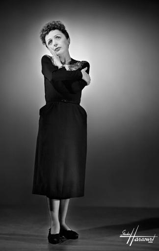 Foto von Edith Piaf im kleinen Schwarzen