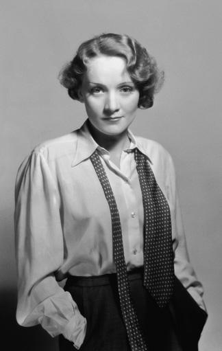 Marlene Dietrich in einem Herrenhemd