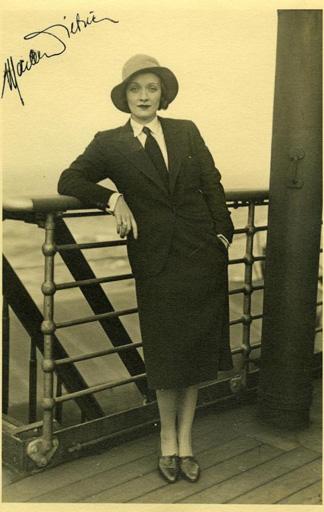Marlene Dietrich in angemessenem Kostüm