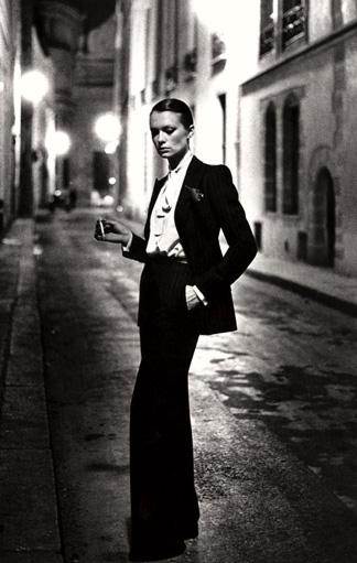 Le Smoking von Yves Saint Laurent, fotorafiert von Helmut Newton 1975